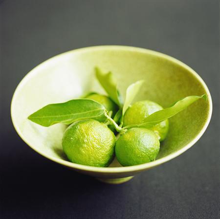 Originaire de Chine, le yuzu (prononcez « youzou ») est un hybride de mandarine sauvage et de citron